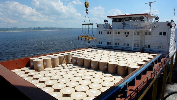 Перевалка грузов в порту с водного транспорта