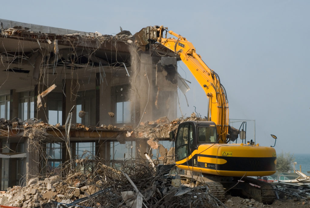 Снос и демонтаж старых зданий